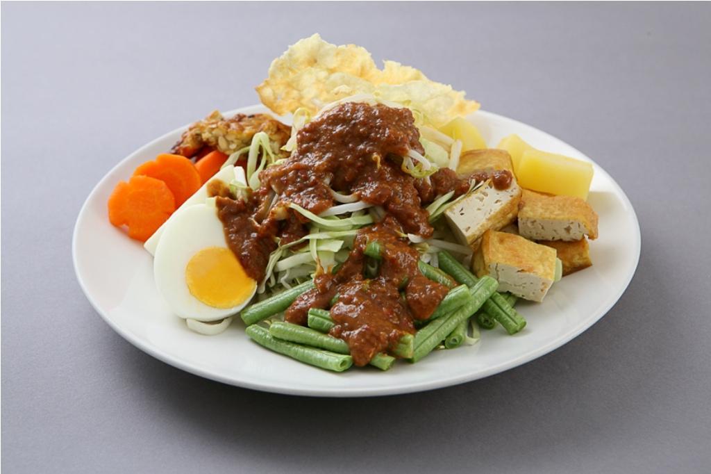 Santap pecel, gado-gado dan karedok untuk menu buka puasa sehat.  Via: satujam.com
