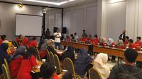 Harun Mahbub Bilah, Redaktur Pelaksana Liputan6.com saat menjadi pemateri Sekolah Pancasila Muda di Hotel Permata, Kota, Bogor, Minggu (13/10/2019). (Liputan6.com/ Achmad Sudarno)