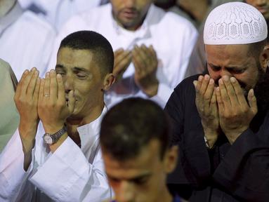 Umat muslim tampak khusyuk memanjatkan doa di sebuah masjid di Sale, Maroko, Selasa (14/7/2015). Setiap malam Lailatul Qadar, beberapa masjid di Maroko dipenuhi para umat muslim. (REUTERS / Stringer)