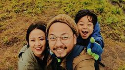 Sampai saat ini Astrid yang sudah berusia 38 tahun. Masih banyak penggemar, ia pun sampai manggung di luar pulau Jawa, seperti Sulawesi. Namun dalam kesibukannya, ia pun tetap memiliki waktu untuk keluarga. (Liputan6.com/IG/@astridbasjar)