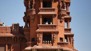 Sejumlah orang mengunjungi Baron Empain Palace di Kairo, Mesir, pada 30 Juni 2020. Mesir membuka kembali Baron Empain Palace di Heliopolis untuk umum pada Selasa (30/6). (Xinhua/Ahmed Gomaa)