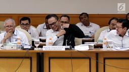 Menteri Ketenagakerjaan Hanif Dhakiri mengikuti rapat kerja dengan Tim Pengawas TKI di Senayan, Jakarta, Rabu (21/3). Timwas mendorong pemerintah segera mencari solusi terkait nasib TKI menyusul kejadian Zaini Misrin. (Liputan6.com/JohanTallo)