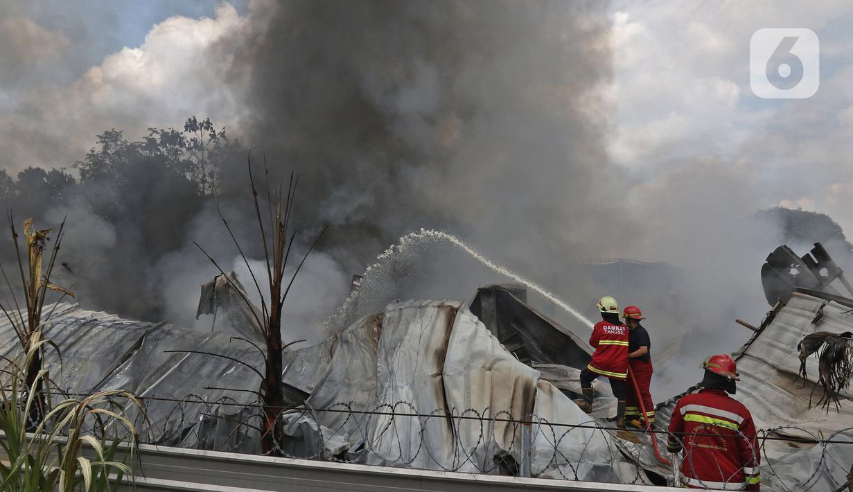 Petugas pemadam kebakaran memadamkan api yang membakar gudang alat pesta di kawasan Cinangka, Depok, Jawa Barat, Senin (2/8/2021).  Dinas Pemadam Kebakaran Kota Depok menurunkan 10 mobil pemadam kebakaran dan dibantu 5 unit bantuan mobil untuk berjibaku memadamkan api. (Liputan6.com/Herman Zakharia)