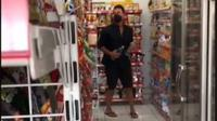 Viral Wanita Naksir Pria Ganteng Lagi Punguti Sampah, Ternyata Suami Raisa. foto: TikTok @jellyjels_