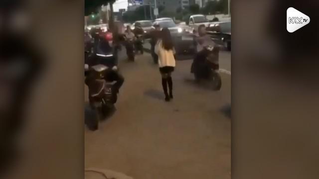 Seorang pemotor tergoda melihat perempuan seksi yang melintas di jalan. Namun hal tersebut membuatnya hilang konsentrasi dan menabrak trotoar.
