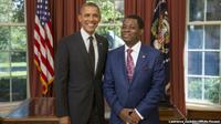 Presiden AS Barack Obama (kanan) dan Dubes Guinea Ruben Maye Nsue Mangue (kiri). (VOA News)