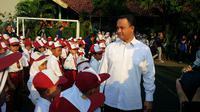 Mendikbud Anies Baswedan meninjau hari pertama masuk sekolah tahun ajaran 2015-2016 di SDN 01 dan 06 Pagi, Lebak Bulus. (Liputan6.com/Nafiysul Qodar)