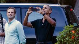 Mantan Presiden AS, Barack Obama dan rombongan menyapa para pengunjung lainnya saat berwisata di Candi Borobudur di Magelang, Jawa Tengah, Indonesia, (28/6). (AP Photo / Slamet Riyadi)