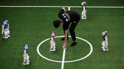 Wasit menaruh bola saat akan memulai pertandingan sepak bola robot RoboCup Asia-Pacific Tianjin Invitational Tournament 2019 di Tianjin, China, Jumat (17/5/2019). (REUTERS/Jason Lee)