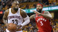 LeBron James #23 mencoba melewati hadangan pemain Toronto Raptors, James Johnson #3 pada game kedua Final wilayah Timur NBA Playoffs di  Quicken Loans Arena. Jumat (20/5/2016). Cavs menang 108-89. (Mandatory: Ken Blaze/USA Today Sports)