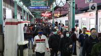 Calon penumpang bergegas pindah peron di Stasiun Manggarai, Jakarta, Senin (13/4/2020). Seiring dengan pemberlakuan PSBB di DKI Jakarta, PT KCI membatasi operasional KRL dari pukul 06.00 WIB hingga 18.00 WIB dengan jumlah penumpang 60 orang di setiap gerbongnya. (Liputan6.com/Helmi Fithriansyah)
