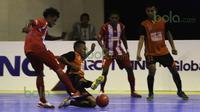 Pemain IPC Pelindo, Jailani Ladjanibi, berusaha menahan tendangan pemain Black Steel dalam laga Seri III Grup B Wilayah Timur Pro Futsal League 2016 di GOR 17 Desember, Mataram, NTB, Minggu (13/3/2016). (Bola.com/Arief Bagus)