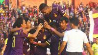 Pemain Persik Kediri merayakan gol yang dicetak Septian Satria Bagaskara ke gawang Persiba pada laga Liga 2 di Stadion Brawijaya Kota Kediri, Kamis (19/9/2019). (Bola.com/Gatot Susetyo)