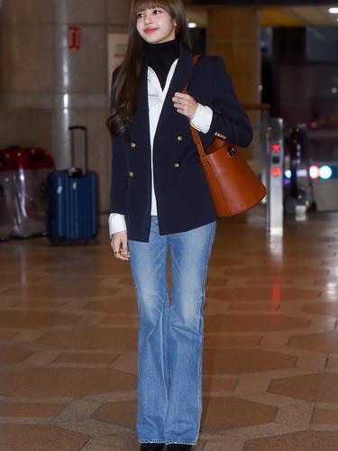 Inspirasi Gaya Airport Lisa Blackpink Yang Menarik Perhatian Fashion Fimela Com