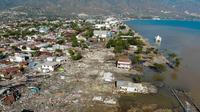 Pandangan udara memperlihatkan sejumlah bangunan rusak usai dilanda gempa dan tsunami Palu, Sulawesi Tengah, Senin (1/10). Gempa berkekuatan 7,4 Magnitudo disusul tsunami melanda Palu dan Donggala pada 28 September 2018. (JEWEL SAMAD/AFP)