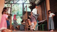 Lompat tali karet. (Via: instagram.com/leewarrentn)