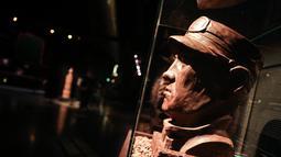 Patung masinis dari cokelat dalam pameran Choco Loco di Train World Museum (Museum Dunia Kereta) yang berada di Brussel, Belgia (15/12/2020). Choco Loco adalah sebuah pameran yang menampilkan berbagai patung dari cokelat bertema kereta api. (Xinhua/Zheng Huansong)