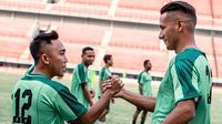 Kapten Persebaya, Rendi Irwan, menyambut Raphael Maitimo. (Bola.com/Dok. Persebaya)