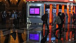 Sejumlah karyawan menggunakan masker saat keluar dari gedung kantor Bank BRI, Jakarta, Kamis (23/1/2020). Menkes Terawan menegaskan tidak ada virus corona seperti info yang beredar sebelumnya. (Liputan6.com/Herman Zakharia)