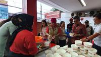 PDIP membuka dapur umum untuk korban banjir Jakarta. (Liputan6.com/Putu Merta Surya Putra)