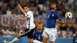 Andrea Barzagli. Bek Timnas Italia ini menjalani laga terakhirnya bersama Gli Azzurri saat menghadapi Jerman dalam laga perempatfinal Euro 2016. Saat itu usianya telah menginjak 35 tahun, 1 bulan dan 24 hari. Ia pensiun pada 2019 dengan koleksi 74 caps. (AFP/Patrik Stollarz)