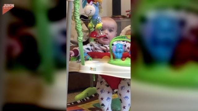Begini ekspresi menggemaskan seorang bayi yang pertama kalinya mendengar suara selotip yang digunakan sang ibu.