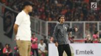 Pelatih Persija, Stefano Cugurra (kanan) saat laga melawan Arema FC pada babak pertama lanjutan Liga 1 Indonesia 2018 di Stadion GBK, Jakarta, Sabtu (31/3). (Liputan6.com/Helmi Fithriansyah)