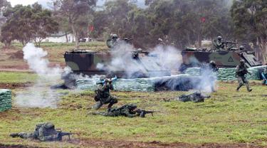 Tentara Taiwan saat mengikuti latihan militer di Kabupaten Hualien, Taiwan timur, (30/1). Militer Taiwan memulai latihan gabungan dua hari untuk menunjukkan tekadnya untuk mempertahankan diri dari ancaman China. (AP Photo/Chiang Ying-ying)
