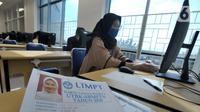 Peserta mengikuti Ujian Tulis Berbasis Komputer (UTBK) gelombang pertama di Kampus Fakultas Teknik UPN Veteran Jakarta, Cinere, Depok, Jawa Barat, Minggu (5/7/2020). UTBK 2020 dibagi dua gelombang, pertama 5-14 Juli 2020 dan kedua 20-29 Juli 2020. (merdeka.com/Arie Basuki)