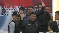 Menko Polhukam Wiranto melambaikan tangan usai memberikan keterangan pers pasca kerusuhan napi teroris di Rutan Cabang Salemba, di Mako Brimob Kelapa Dua, Depok Kamis (10/5). (Liputan6.com/Herman Zakharia)