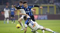 Bek Atalanta, Rafael Toloi, berusaha menghentikan striker Inter Milan, Lautaro Martinez, pada laga Serie A di Stadion San Siro, Milan,Sabtu (11/1). Kedua klub bermain imbang 1-1. (AP/Luca Bruno)