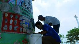 salah satu dari peserta terlihat melukis dengan sterefoam, Jakarta, Sabtu (30/8/14). (Liputan6.com/Faisal R Syam)