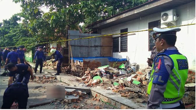 Tembok sekolah di SDN 141, Jalan Abidin, Kelurahan Simpang Tiga, Kecamatan Bukitraya, Kota Pekanbaru roboh. (Liputan6.com/M Syukur)