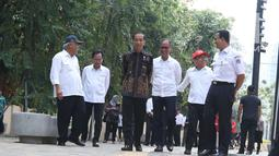 Presiden Joko Widodo (Jokowi) melihat kondisi fasilitas jalur penuntun dan petunjuk bagi disabilitas di Kompleks Gelora Bung Karno, Senayan, Selasa (16/10). Jokowi didampingi sejumlah menteri dan Gubernur DKI Anies Baswedan. (Liputan6.com/Angga Yuniar)