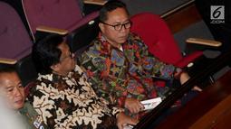 Ketum Partai Hanura Oesman Sapta Odang (OSO) (kiri) dan Ketua MPR RI, Zulkifli Hassan menghadiri  perayaan HUT Ketum PDIP Megawati Soekarnoputri di Taman Ismail Marzuki (TIM), Jakarta, Selasa (23/1). (Liputan6.com/Faizal Fanani)
