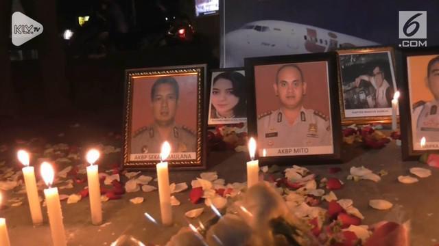 Puluhan pramugari Lion Air dan Polsek Balaraja, menggelar aksi seribu lilin dan doa bersama untuk korban pesawat Lion Air JT  610, dijalan raya Balaraja, Tangerang, Banten, Kamis malam.