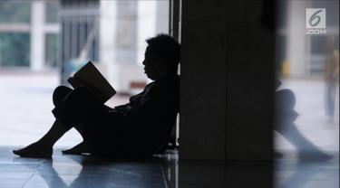 Umat muslim membaca pada hari ke-28 bulan suci Ramadan di pelataran Masjid Istiqlal, Jakarta, Selasa (12/6). Sejumlah umat muslim meningkatkan ibadah mereka dengan itikaf di Masjid Istiqlal jelang berakhirnya Ramadan. (Liputan6.com/Helmi Fithriansyah)