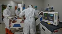 Petugas medis memeriksa pasien COVID-19 di rumah sakit umum di Bogor, Jawa Barat, Senin (25/1/2021). Setidaknya dalam tiga hari terakhir, kasus baru COVID-19 di Bogor selalu di atas angka 100. (ADEK BERRY/AFP)