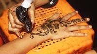 Ika Bawazier adalah seorang seniman henna yang terkenal asal Banyuwangi, simak kisahnya di sini.