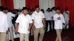 Ketua Dewan Pembina Partai Gerindra, Prabowo Subianto (kiri), hadir untuk melepas jenazah Alm Suhardi di kantor DPP Partai Gerindra, Jakarta, (29/8/2014). (Liputan6.com/Helmi Fithriansyah)