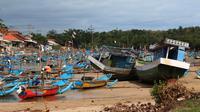 Badai Cempaka dan sikon tropis Dahlia membuat para nelayan di pantai selatan Garut, Jawa Barat, menambatkan perahunya. (Liputan6.com/Jayadi Supriadin)