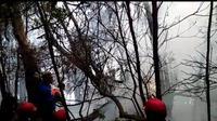 Petugas gabungan berupaya memadamkan api yang terjadi di kawasan wisata Kawah Putih, Ciwidey, Kabupaten Bandung, Selasa (8/10/2019). (Liputan6.com/Huyogo Simbolon)