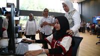 Menaker Ida Fauziyah mengunjungi Balai Besar Pengembangan Pelatihan Kerja (BBPLK) Bekasi di Bekasi, Jawa Barat, pada Hari Senin (18/11).