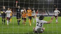 Bek Arsenal, David Luiz, mendapat kartu merah saat melawan Wolverhampton Wanderers pada laga Liga Inggris di Stadion Molineux, Selasa (2/2/2021). Arsenal takluk dengan skor 2-1. (Shaun Botterill/Pool via AP)