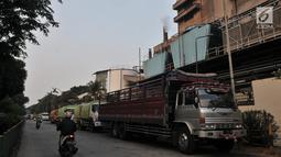 Salah satu pabrik mengeluarkan asap dari cerobongnya di kawasan Industri Pulogadung, Jakarta Timur, Rabu (31/7/2019). Selain gas buang kendaraan, limbah asap pabrik merupakan salah satu sumber polutan yang menambah buruknya kualitas udara di ibu kota. (merdeka.com/Iqbal S Nugroho)