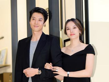 Lee Dong Gun dan Jo Yoon Hee bertemu saat kedunya membintangi Laurel Tree Tailors. Dan akhirnya mereka pun menjalin kasih pada Mei 2017. Dan yang lebih mengejutkan lagi pasangan ini diam-diam menikah. (Foto: soompi.com)