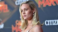 """Aktris Brie Larson berpose saat menghadiri pemutaran perdana film """"Captain Marvel"""" di Hollywood, California, AS (4/3). Brie Larson tampil cantik mengenakan gaun emas bertabur bintang-bintang. (AFP Photo/Amy Sussman)"""