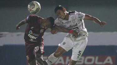Bali United ditahan imbang 1-1 oleh Borneo FC dalam laga pekan ke-5 BRI Liga 1 2021/2022 di Stadion Indomilk Arena, Tangerang, Selasa (28/9/2021). Hasil ini belum menggoyahkan posisi Laskar Tridatu di puncak klasemen dengan mengoleksi 11 poin dari 5 laga. (Bola.com/Bagaskara Lazuardi)