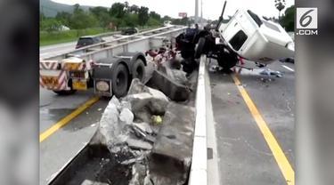 Sebuah video mengerikan tersebar di media sosial. Seorang sopir terlempar dari dalam truk karena tertidur saat menyetir.