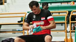 Pemain Singapura bersiap kembali ke hotel tempat seluruh peserta grup B Piala AFF Suzuki 2012 menginap, usai latihan tertutup di Lapangan Maybank, Putrajaya, Malaysia, pada 27 November 2012.